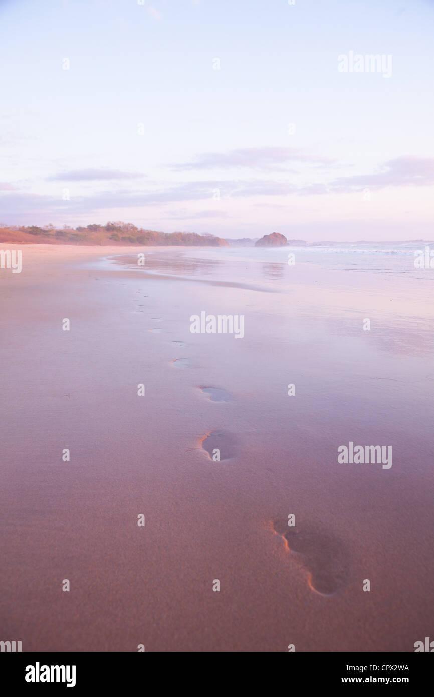 Fußspuren im Sand bei Sonnenuntergang, Playa Grande, Santa Cruz, Costa Rica Stockbild