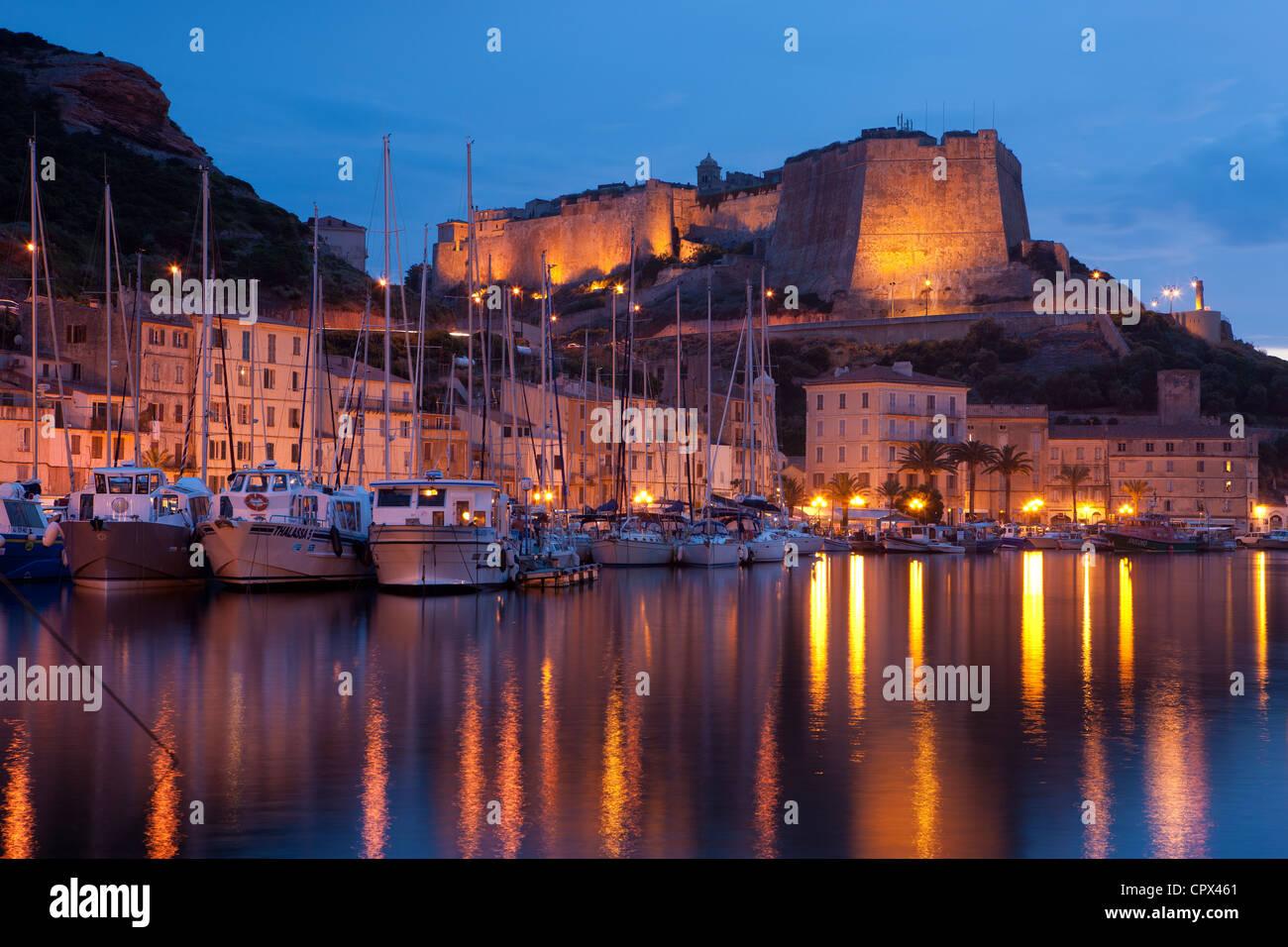 der Hafen und die Zitadelle bei Nacht, Bonifacio, Korsika, Frankreich Stockbild