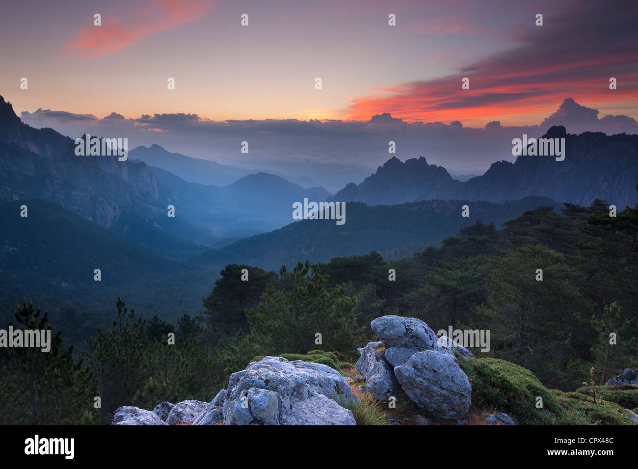 der Col de Bavella bei Dämmerung, Bavella Gebirge, Korsika, Frankreich Stockbild