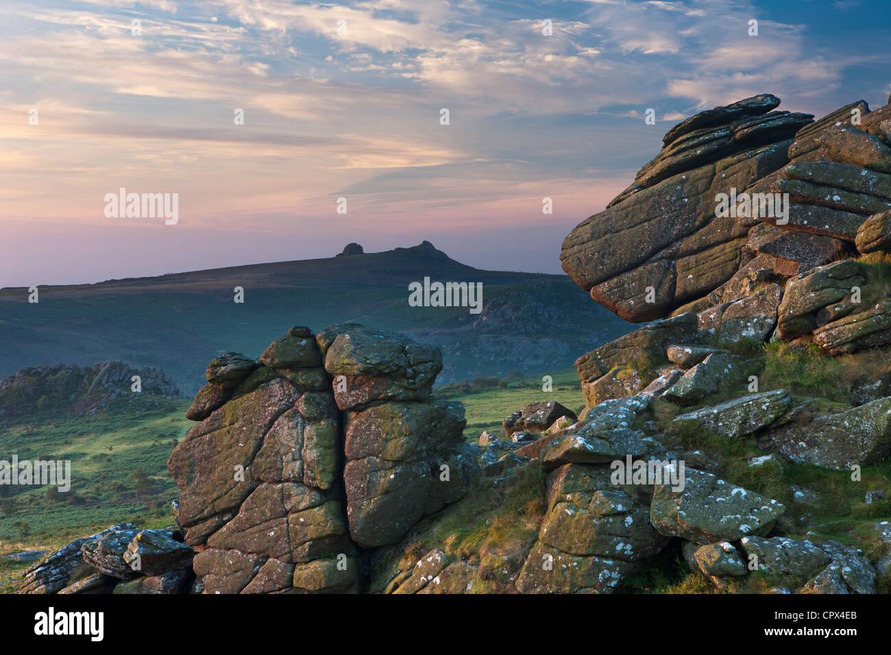 Hound Tor in der Morgendämmerung mit Heu Tor hinaus Dartmoor, Devon, England, UK Stockbild
