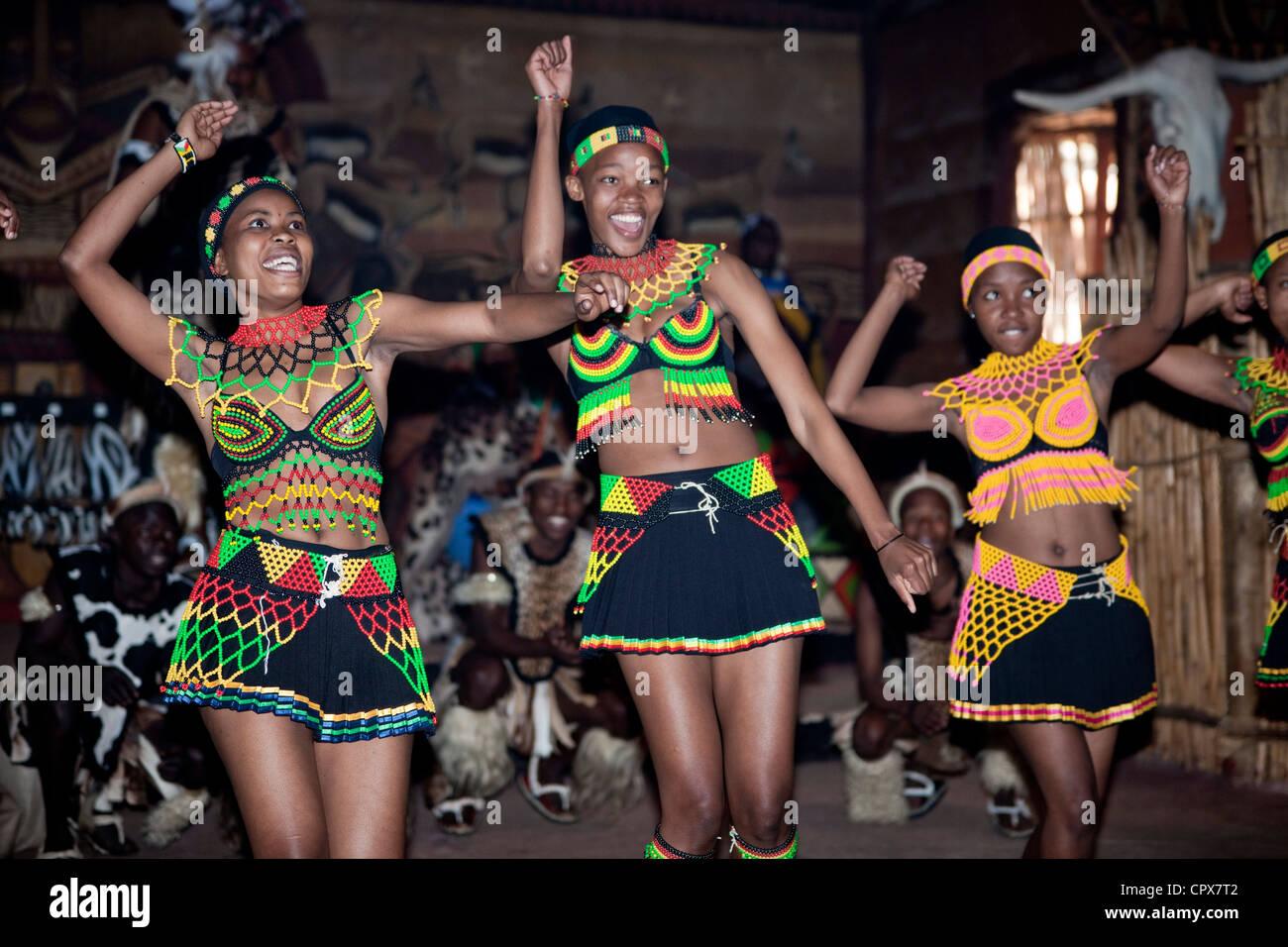 Drei afrikanische traditionelle Tänzerinnen tanzen Stockbild