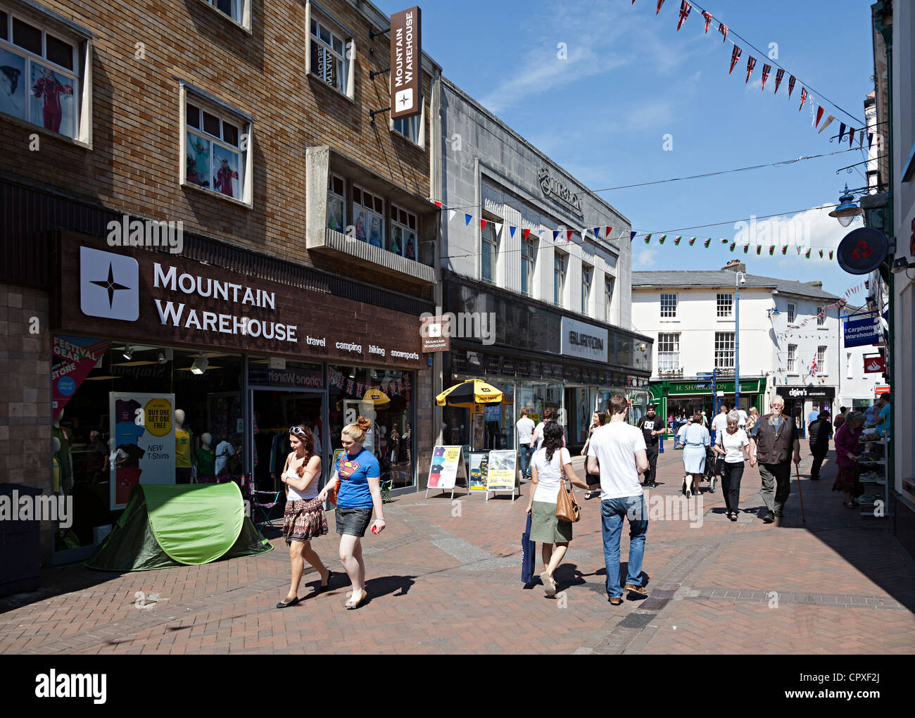 Menschen zu Fuß durch den verkehrsberuhigten Bereich der Haupteinkaufsstraße, Abergavenny, Wales, UK Stockbild