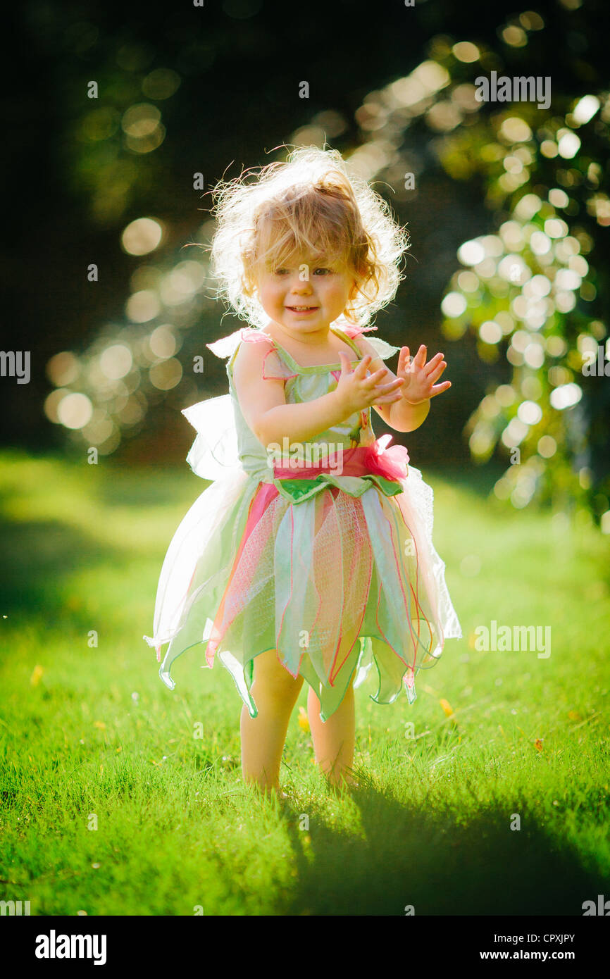 Kind in Fee Kostüm im Freien im Garten Stockbild