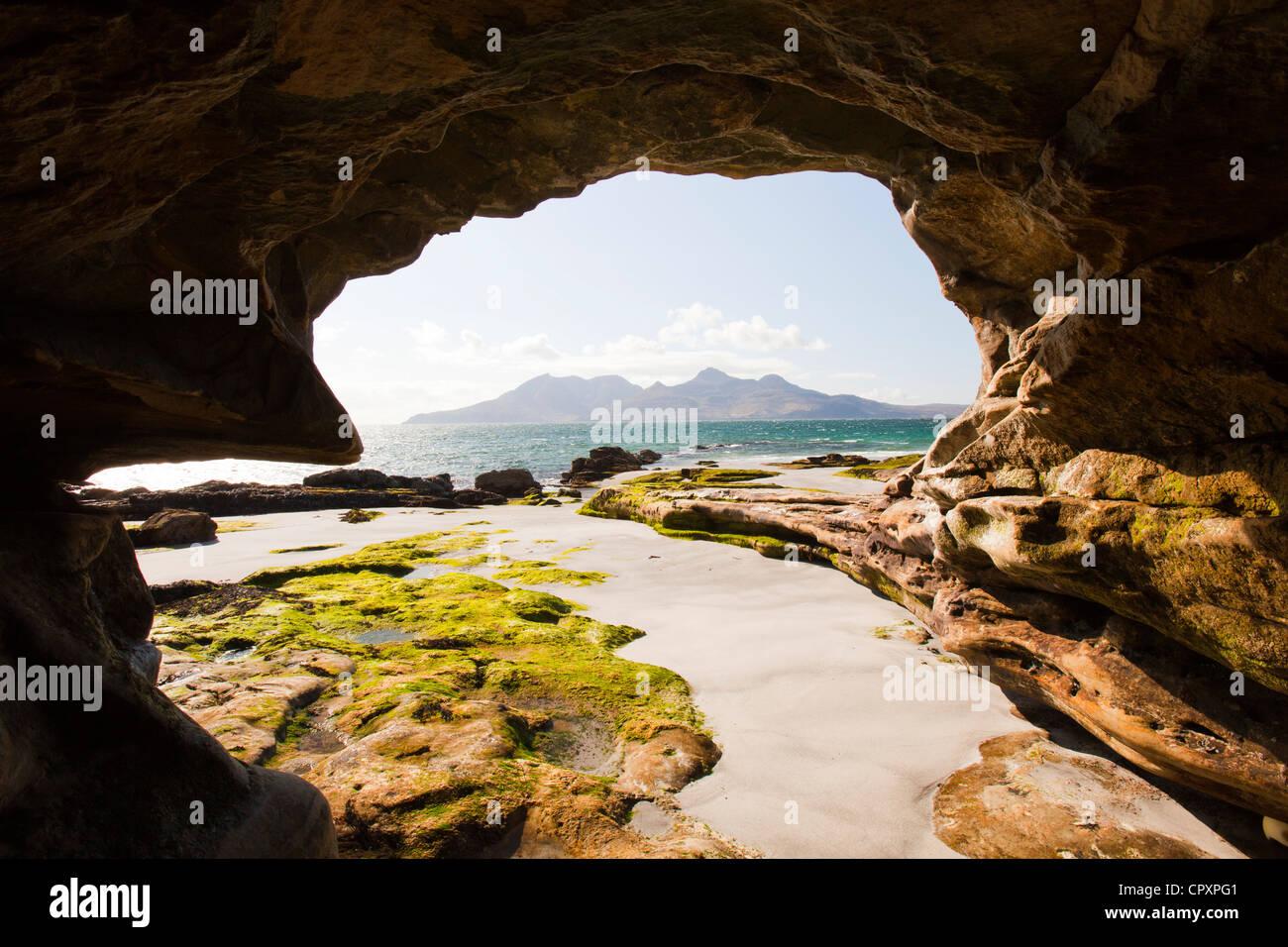 Eine Meereshöhle in der Nähe der Bucht Laig am Cleadale auf der Insel Eigg, mit Blick auf die Isle of Stockbild