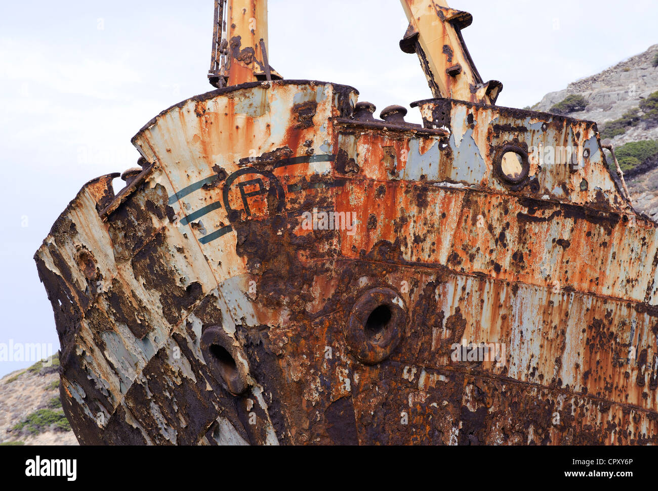 Bogen des Olympia, ein Frachtschiff in Ormos Liveros Creek auf Amorgos Insel, die östlichste Insel der griechischen Stockfoto