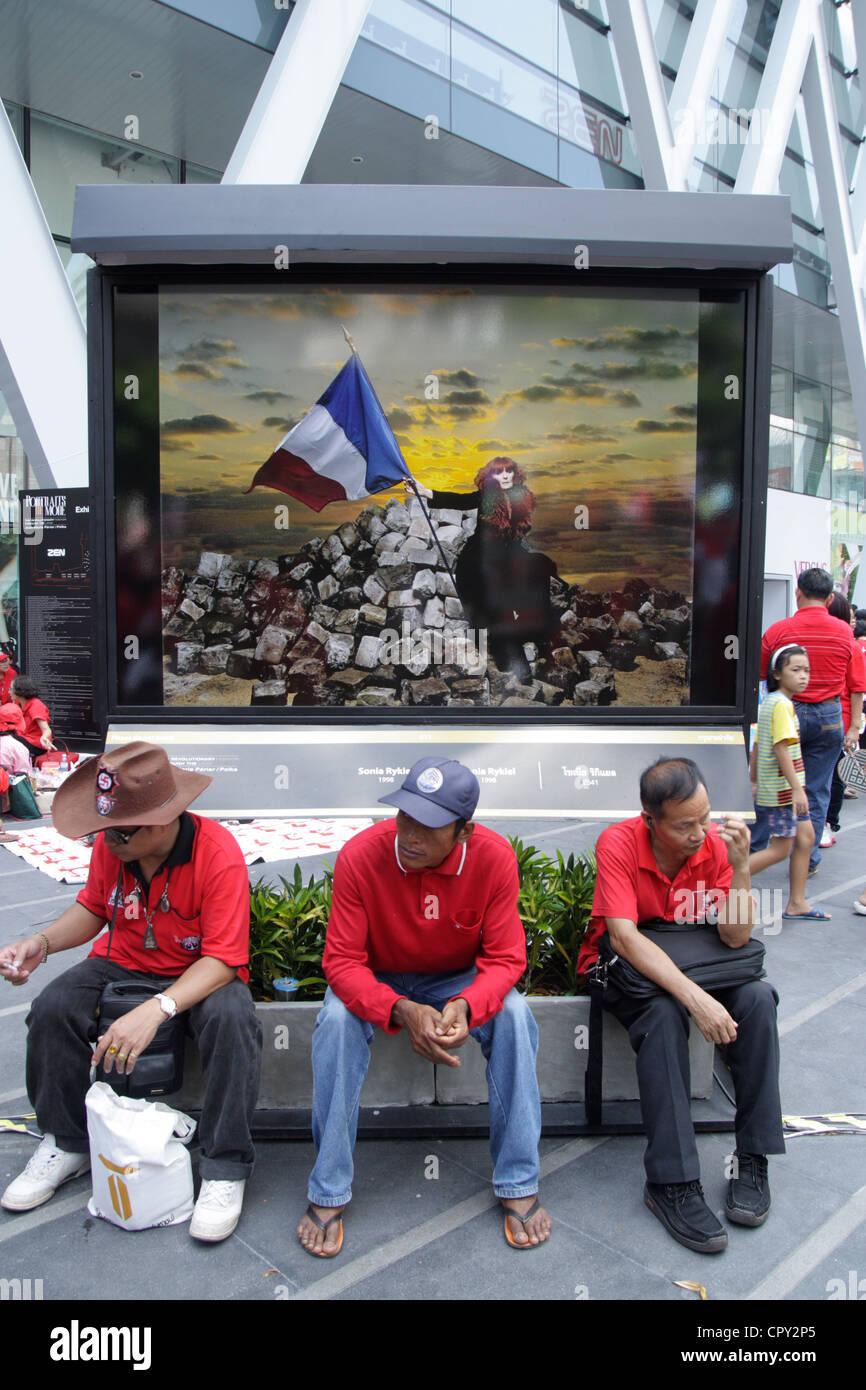 Red Shirt Demonstranten während einer Demonstration in einer französischen Foto-Ausstellung im Central Stockbild