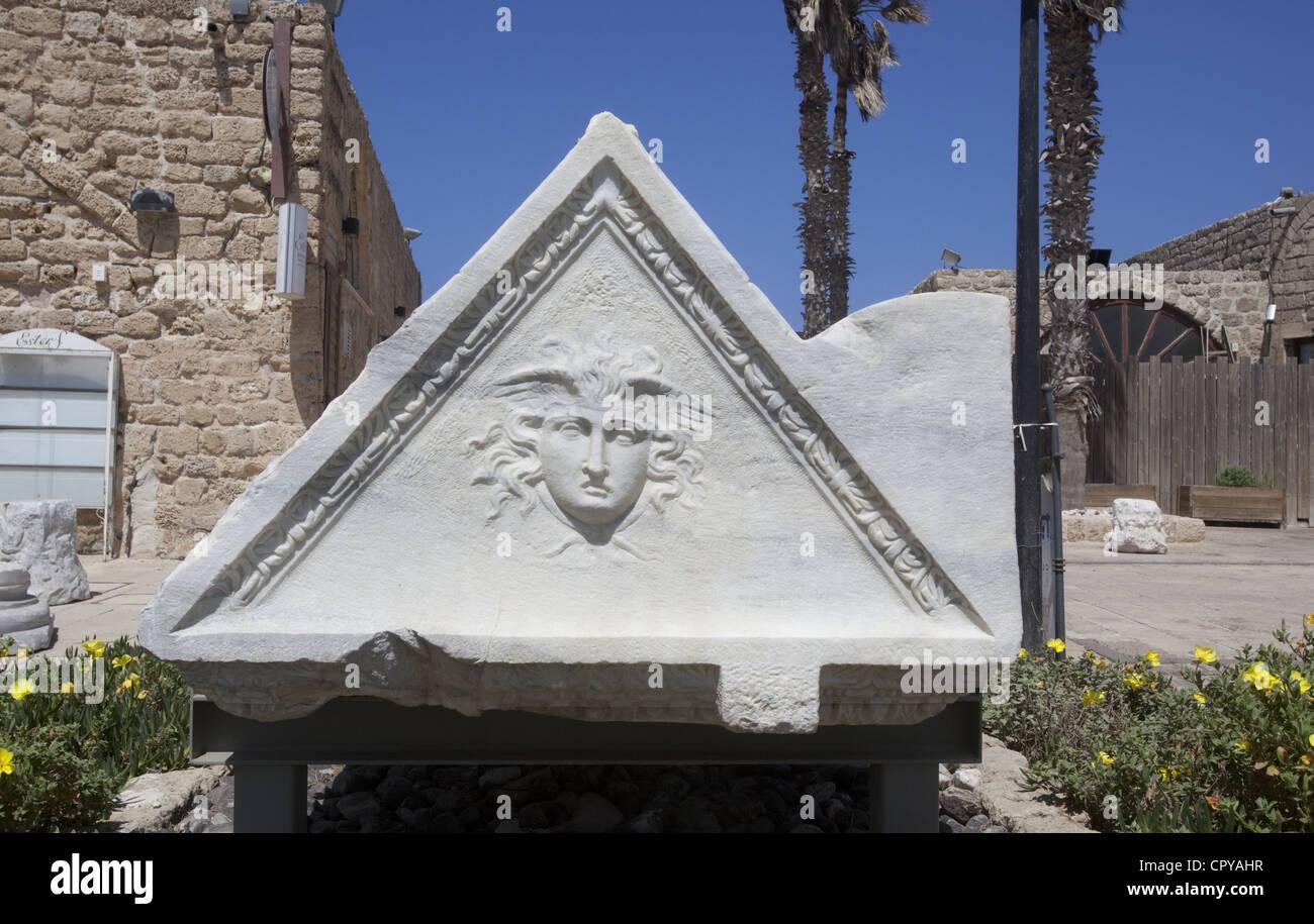 Eine dreieckig geformte Sarkophag mit dem Leiter der Fabelwesen Gorgon in Caesarea Maritima, Israel Stockbild