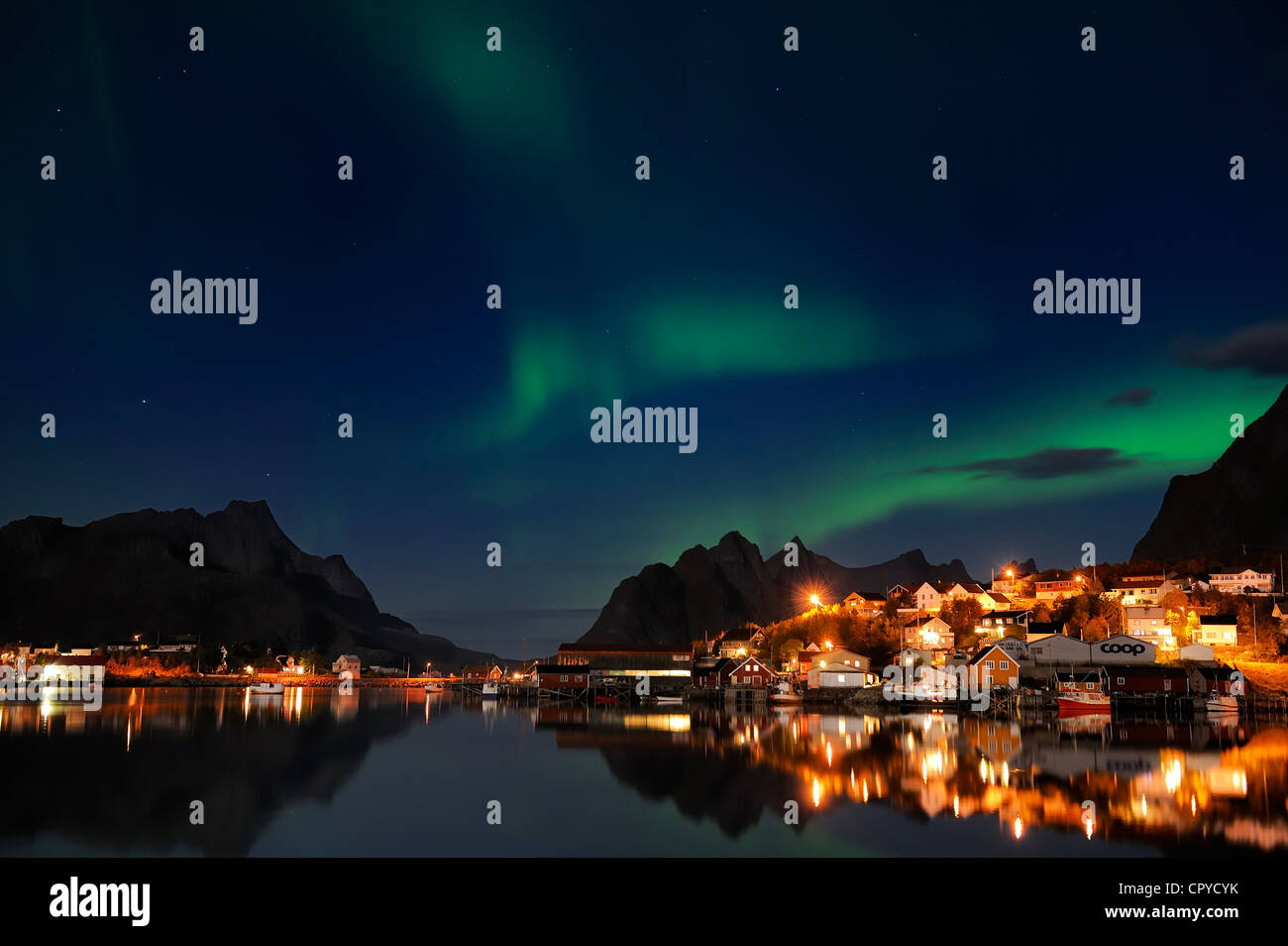 Norwegen, Nordland County, Lofoten-Inseln, Insel Moskenes, Aurora Borealis über Reine Fischerdorf Stockbild