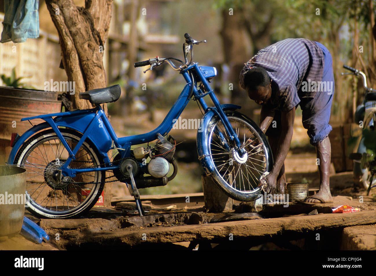 Mali, Mopti, Mann auf der Suche nach seinem Moped, eine viel verwendete Transportmittel Stockbild