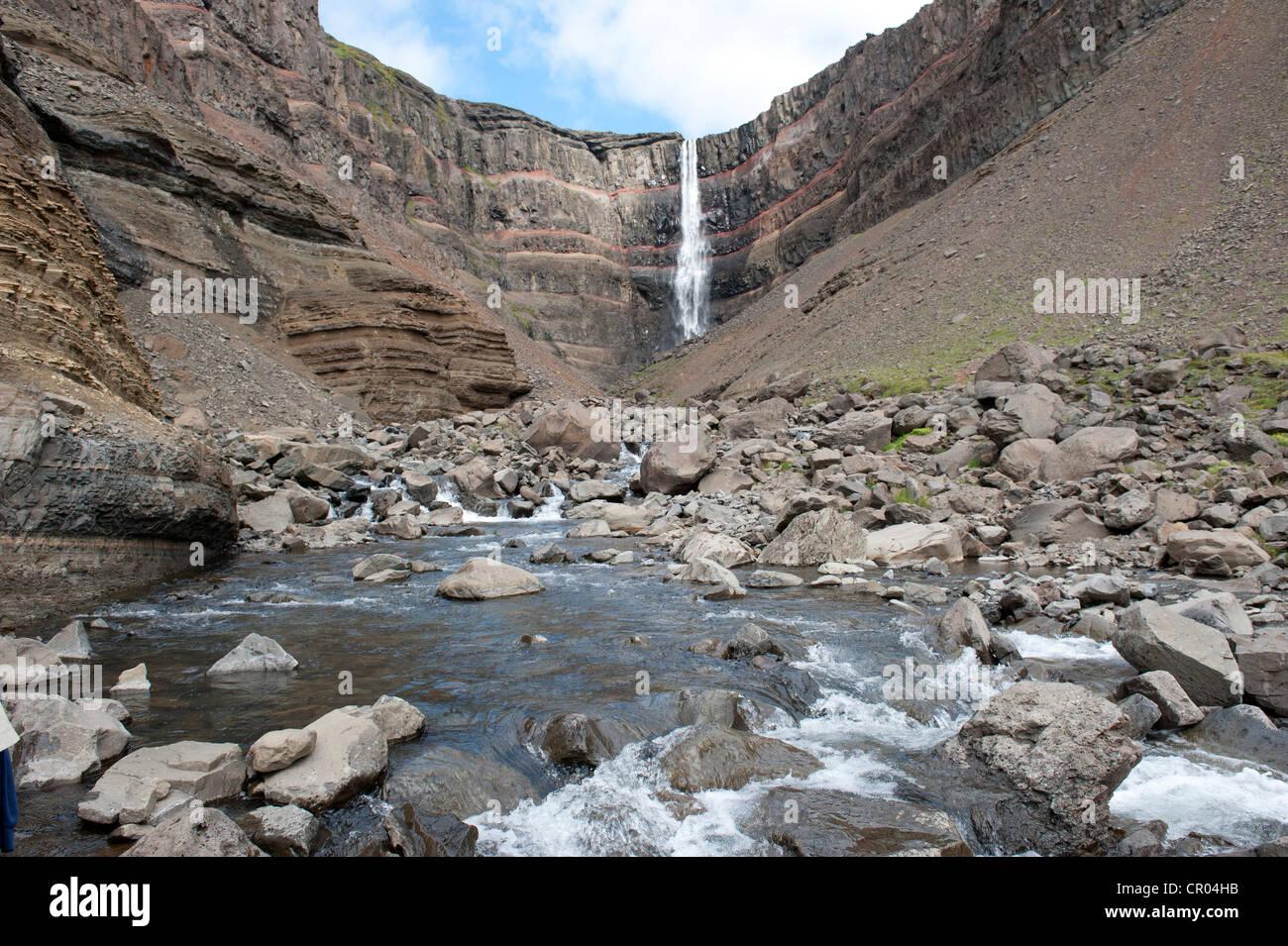 Zerklüftete Landschaft, Stream, Hengifoss Wasserfall in der Nähe von Egilsstaðir, Island, Skandinavien, Stockbild