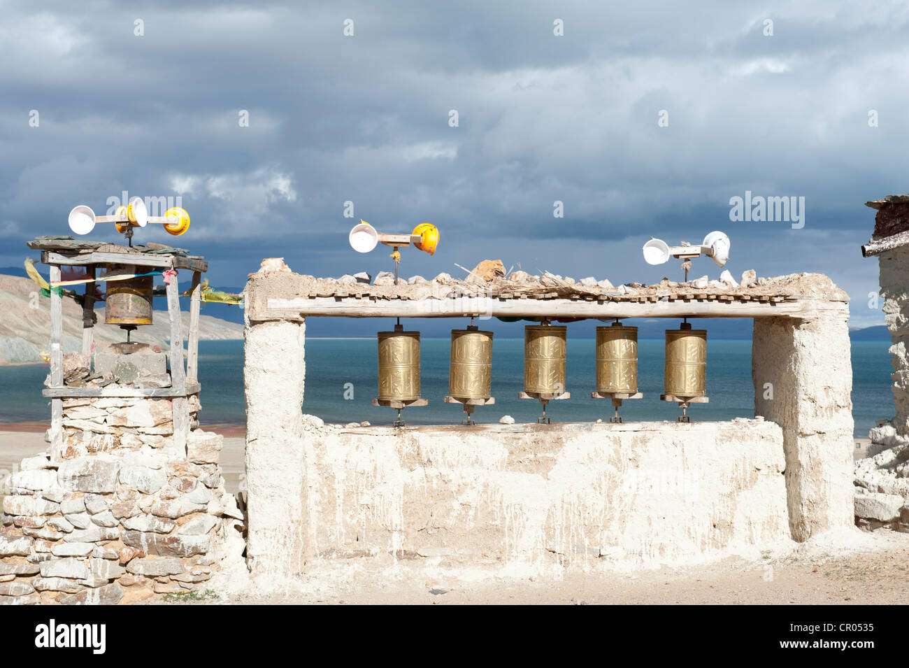 Windenergie, Gebetsmühlen, angetrieben vom Wind, Chiu Gompa Kloster über dem See Manasarovar, Mapham Yutsho, Stockbild