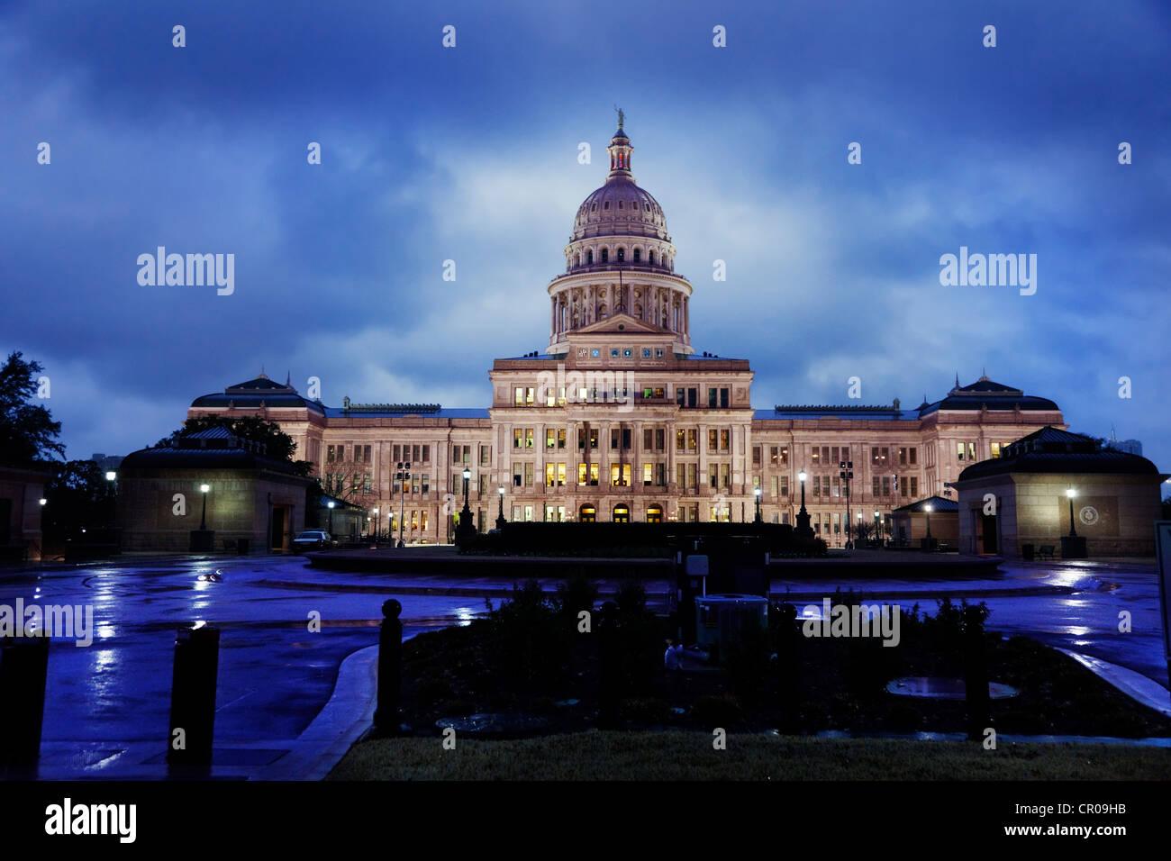 Texas State Capitol Gebäude in Austin an einem regnerischen Abend Stockbild