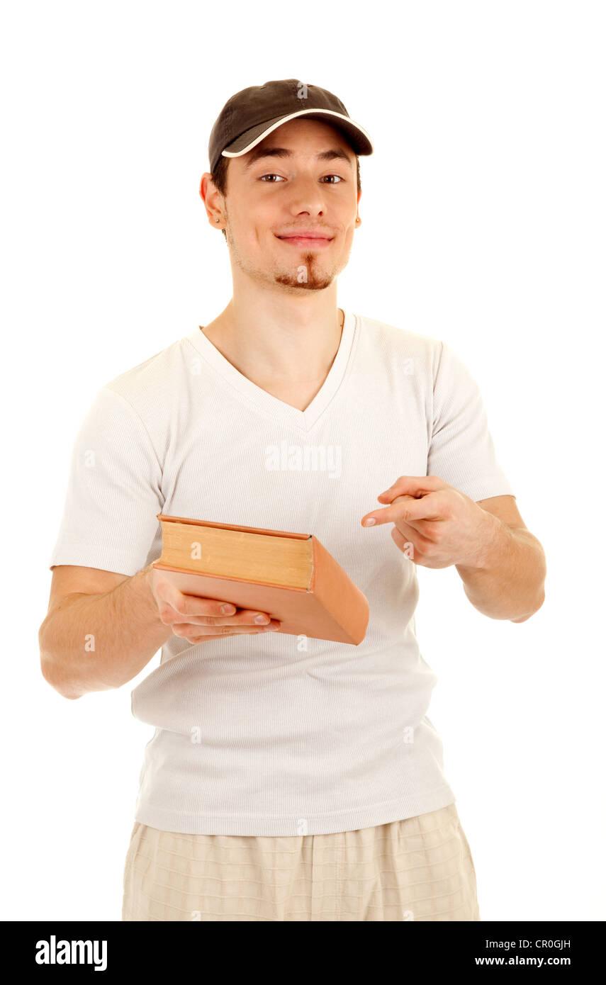 Lächelnde junge zeigen lässige Männer ein Buch mit dem Finger isoliert auf weißem Hintergrund. Stockbild