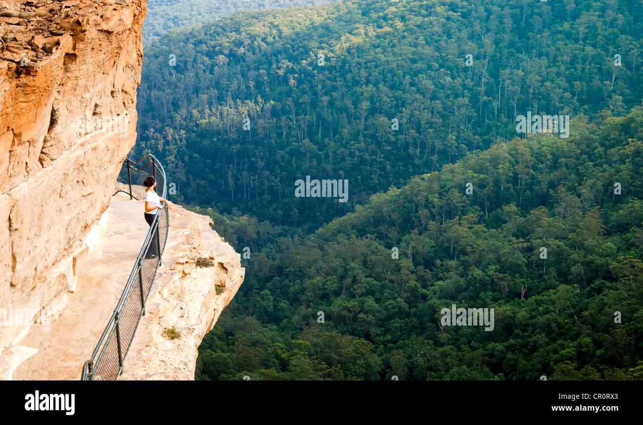 Junge Frau auf dem National Pass Trail in den Blue Mountains, Australien Stockbild