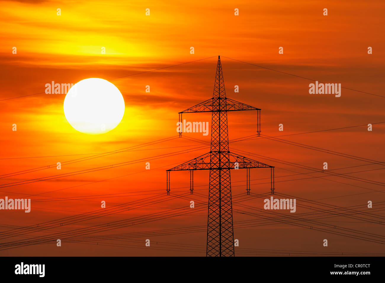 Elektrische Hochspannungsleitungen, Strommasten, mit der untergehenden Sonne, Beinstein in der Nähe von Stuttgart, Stockbild