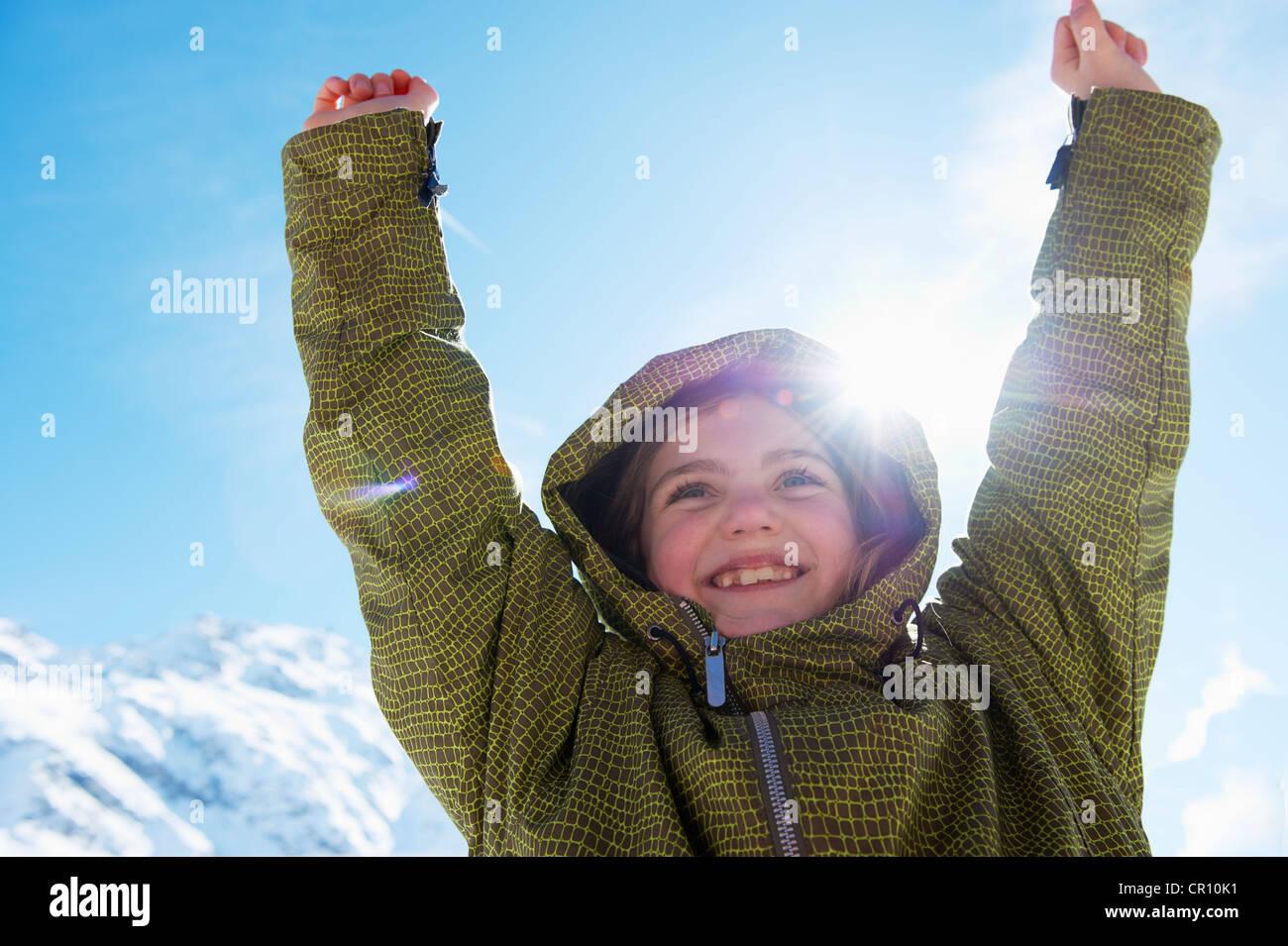 Mädchen auf verschneite Berggipfel jubeln Stockbild