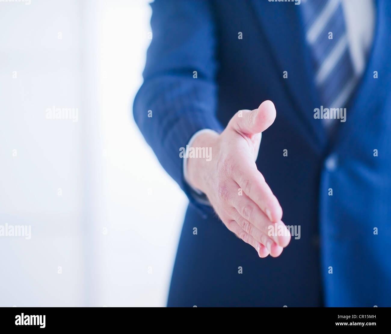 Geschäftsmann, die darauf warten, Hände schütteln Stockbild