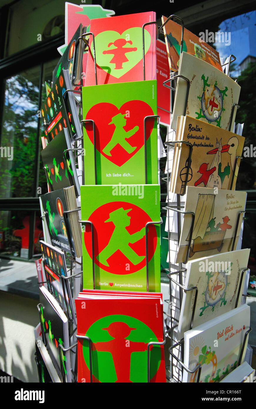 BERLIN, DEUTSCHLAND. Ampelmann-Postkarten im Ampelmann Galerie Shop in den Hackeschen Hofe (Bezirk Mitte). 2012. Stockfoto