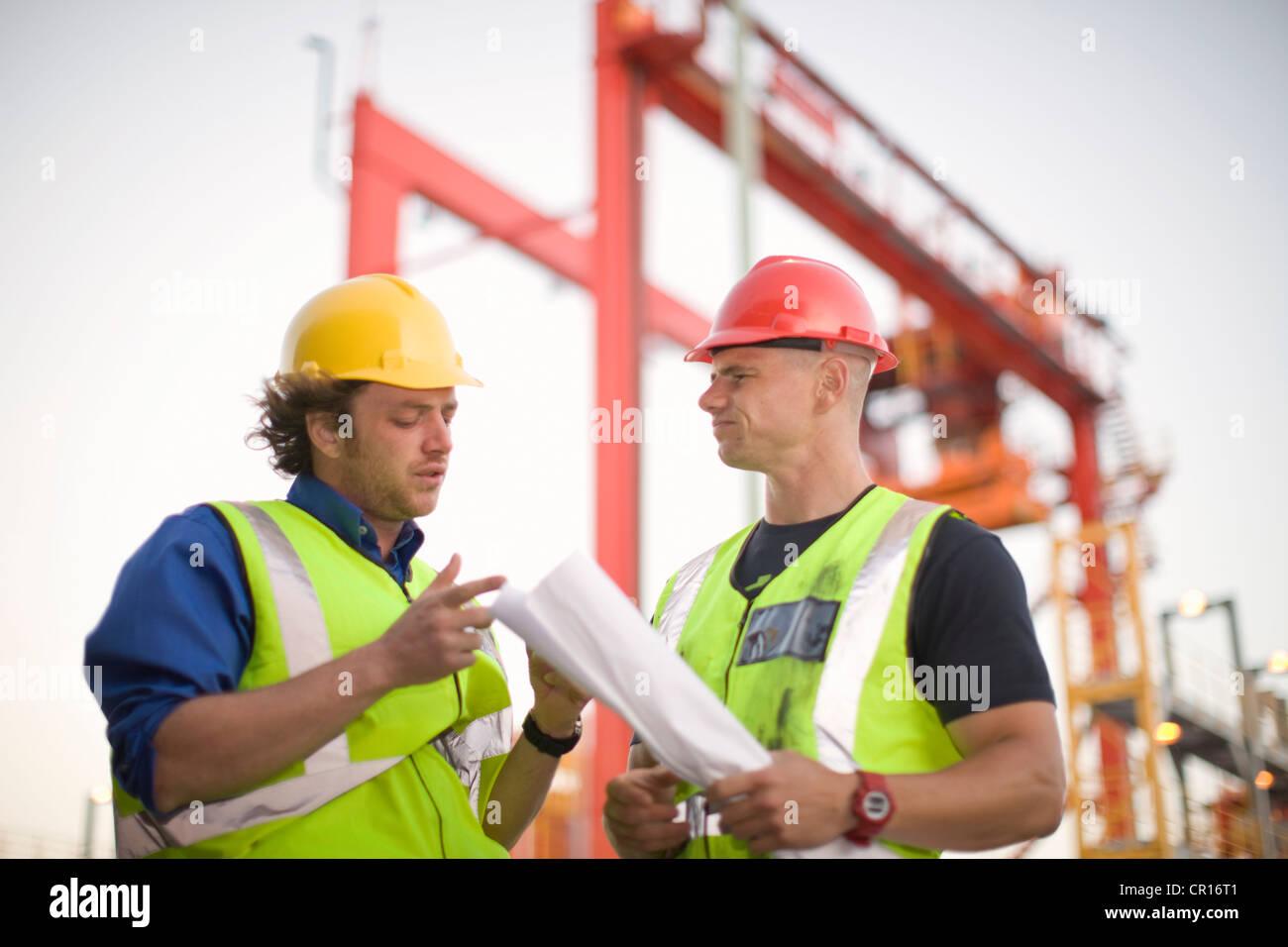 Bauarbeiter im Gespräch vor Ort Stockbild
