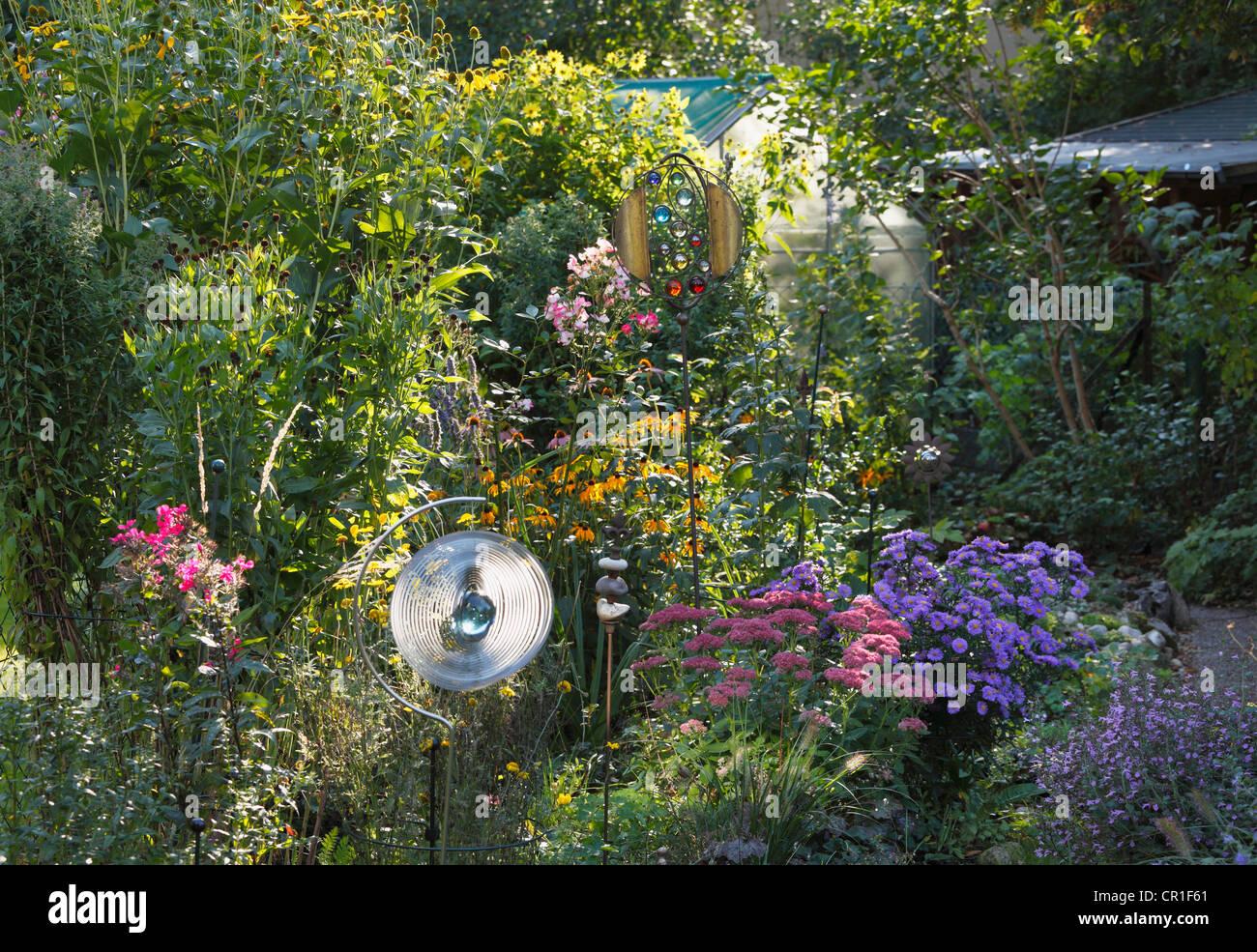 mehrj hrige pflanzen in einem blumenbeet kleiner garten geretsried bayern deutschland. Black Bedroom Furniture Sets. Home Design Ideas