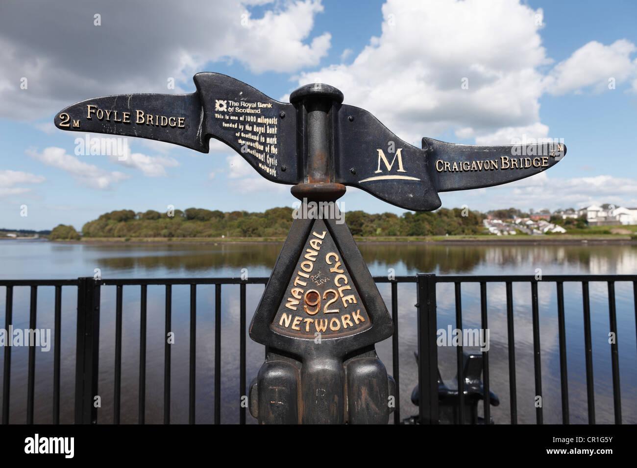 Gusseiserne Wegweiser auf den Fluss Foyle, Londonderry, County Derry, Nordirland, Vereinigtes Königreich, Europa, Stockbild