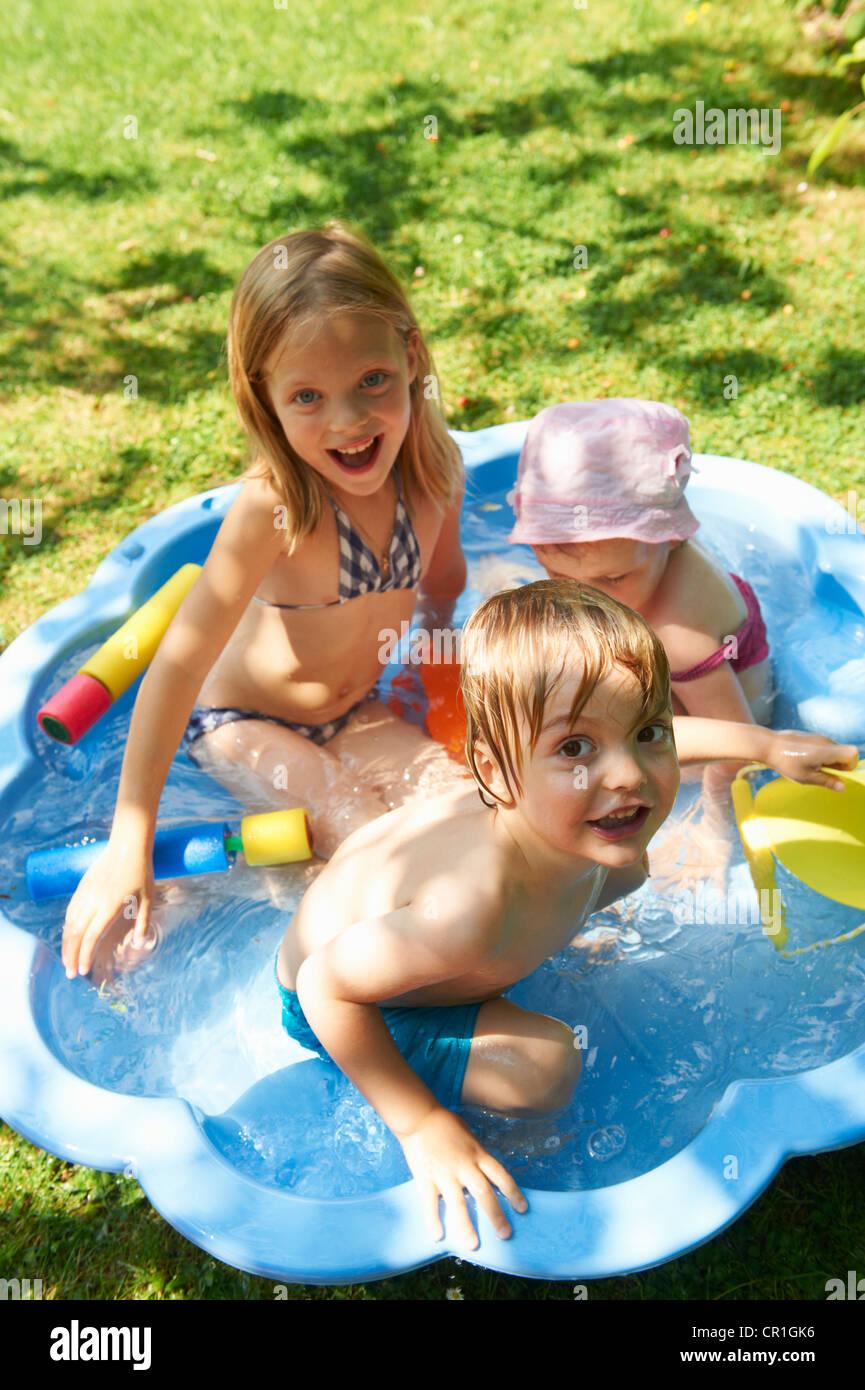 Kinder spielen im Planschbecken Stockfoto