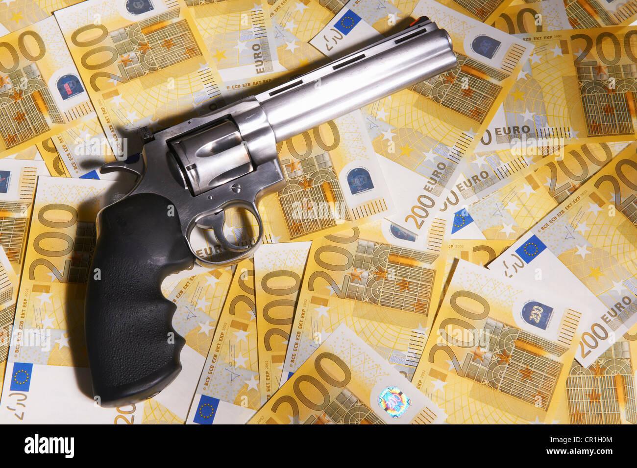 Pistole und 200 Euro-Scheine Stockbild