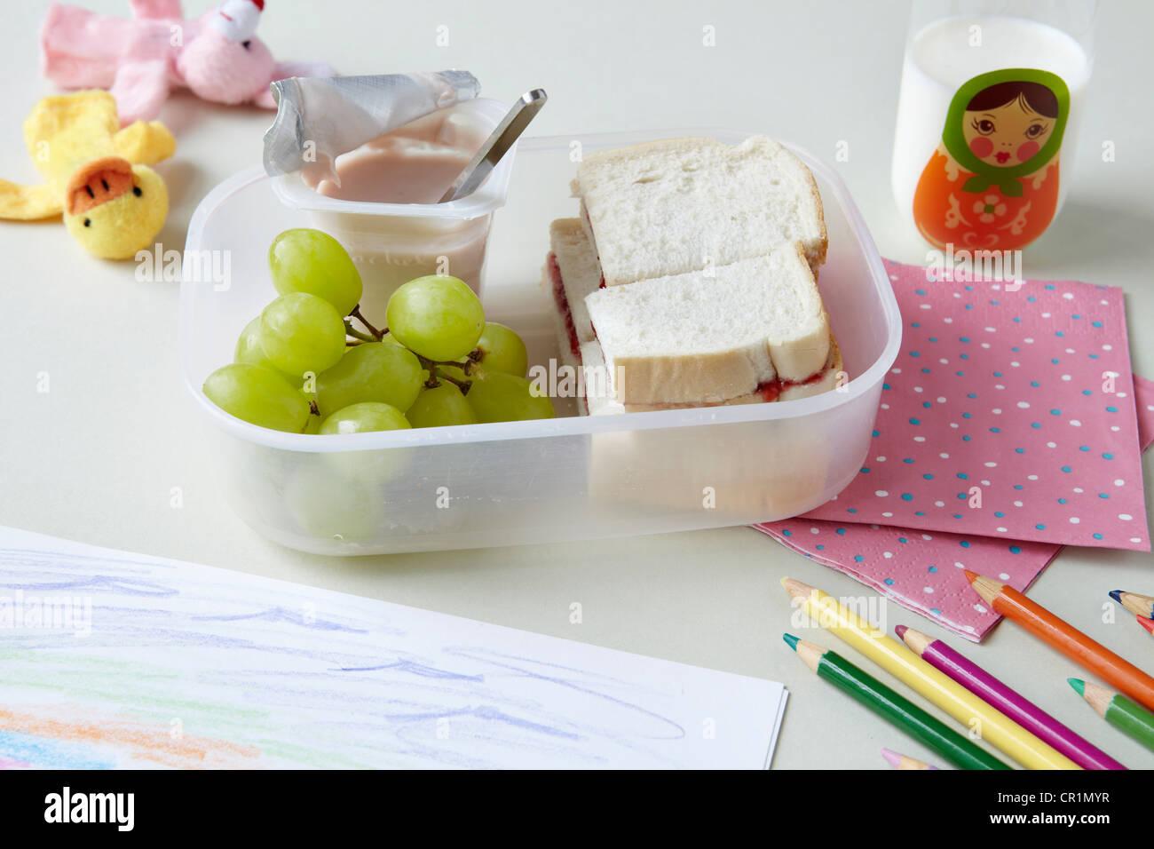Nahaufnahme von Picknick-Mittagessen in der Schule Stockbild