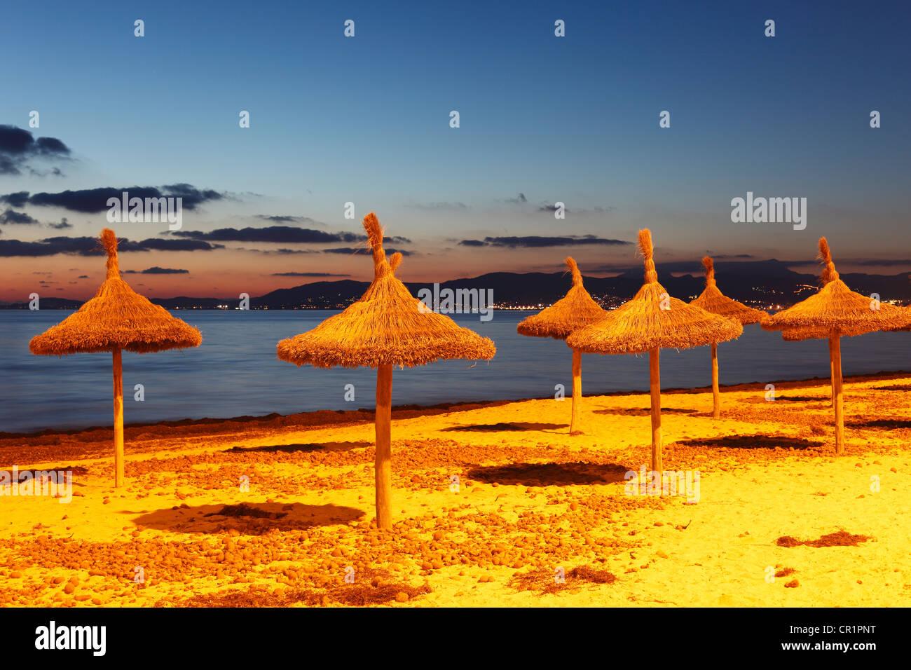 Stroh Sonnenschirme am Strand, S'Arenal, El Arenal, Abend-Stimmung, Mallorca, Balearen, Spanien, Europa Stockbild
