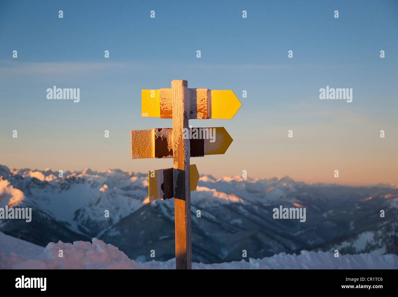 Nahaufnahme eines ländlichen Wegweiser im Schnee Stockbild