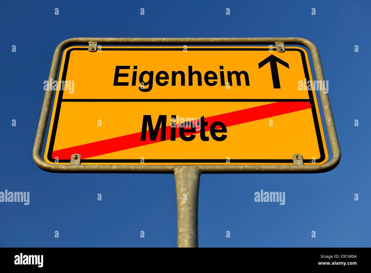 Stadtgrenze zu signieren, symbolisches Bild für den Weg von Miete, Eigenheim, Deutsch für den Gang von Stockbild