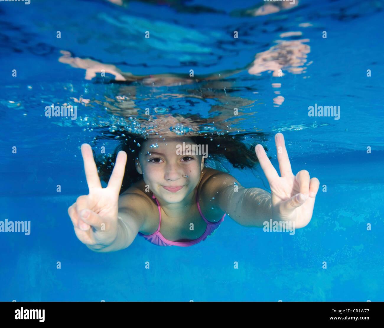 Lächelndes Mädchen spielen im Schwimmbad Stockbild