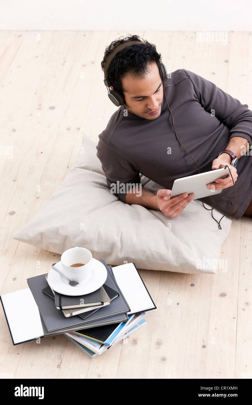 Menschen hören auf Tablet-computer Stockbild