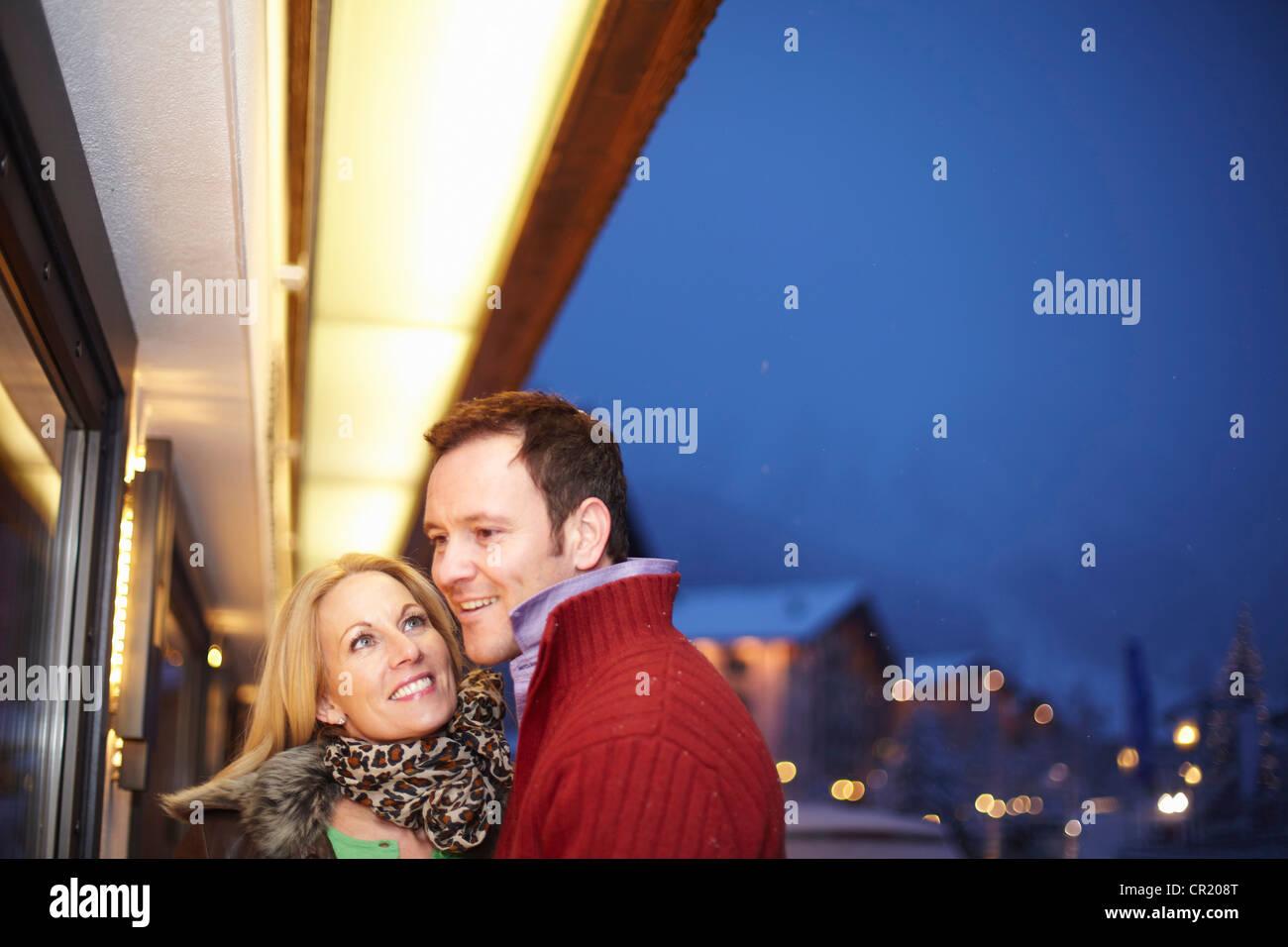 Paare, die zusammen auf Stadtstraße Stockbild