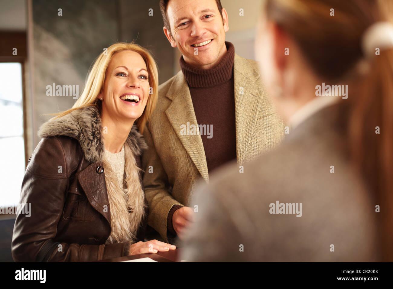 Paar, Hotel Check-in Stockbild