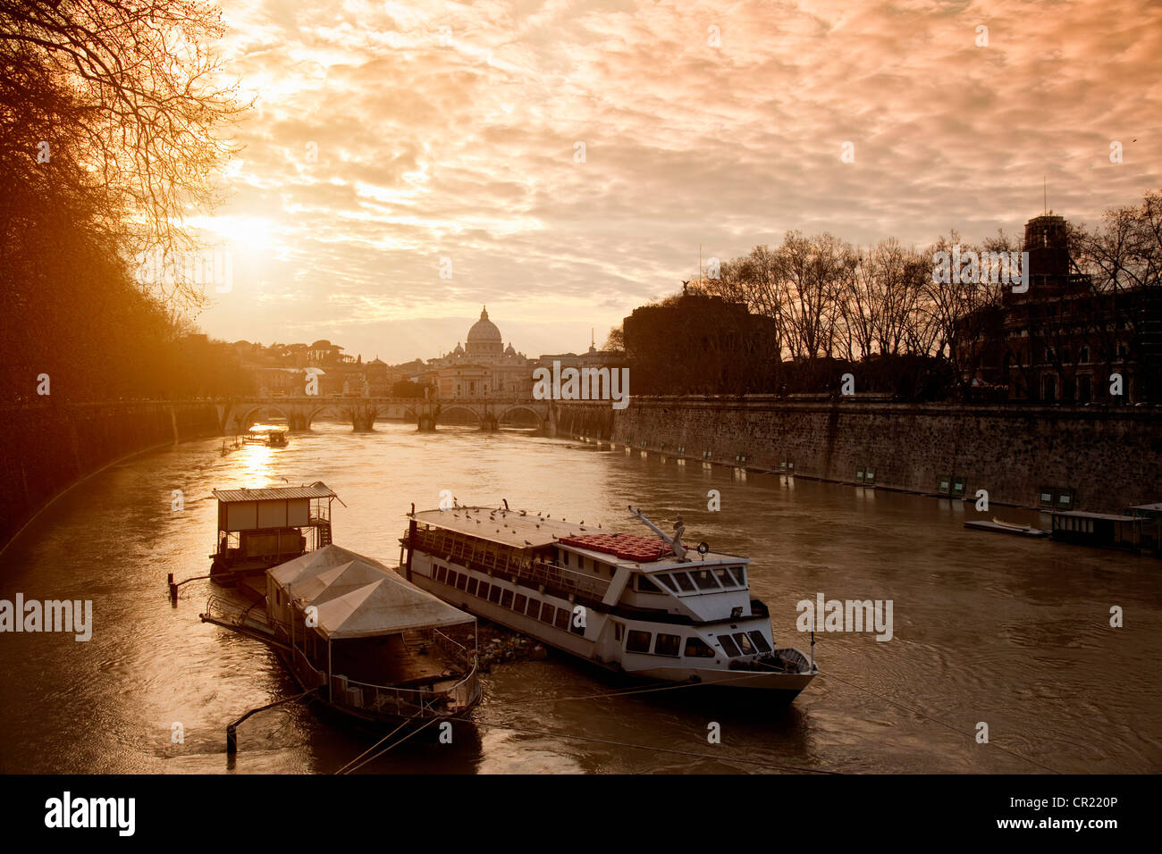 Boot auf städtischen Kanal Stockbild