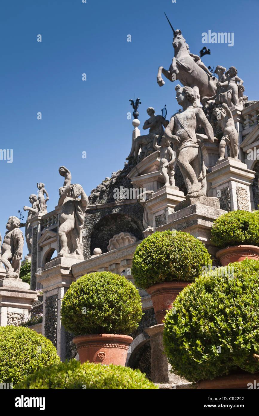 Sträucher mit kunstvollen Statuen und Säulen Stockbild