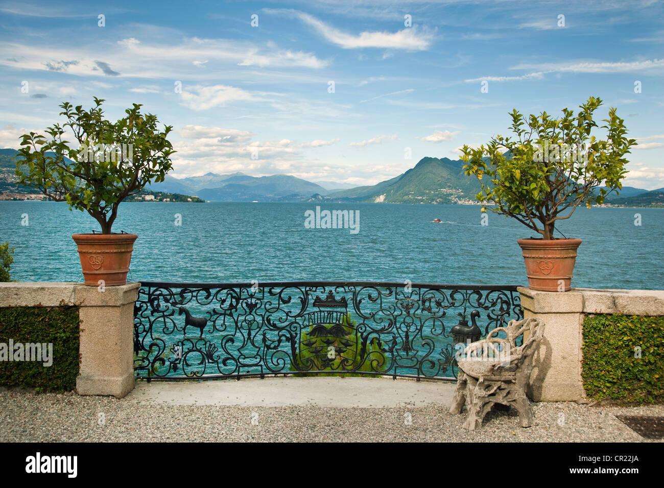 Verzierten Geländer am Wasser Stockbild