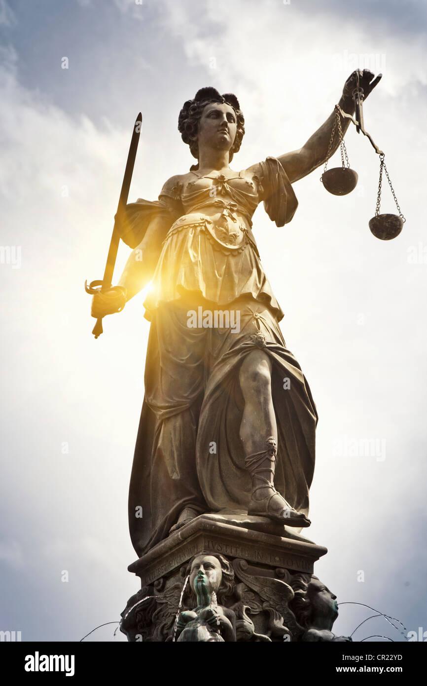 Reich verzierten Brunnen mit statue Stockbild