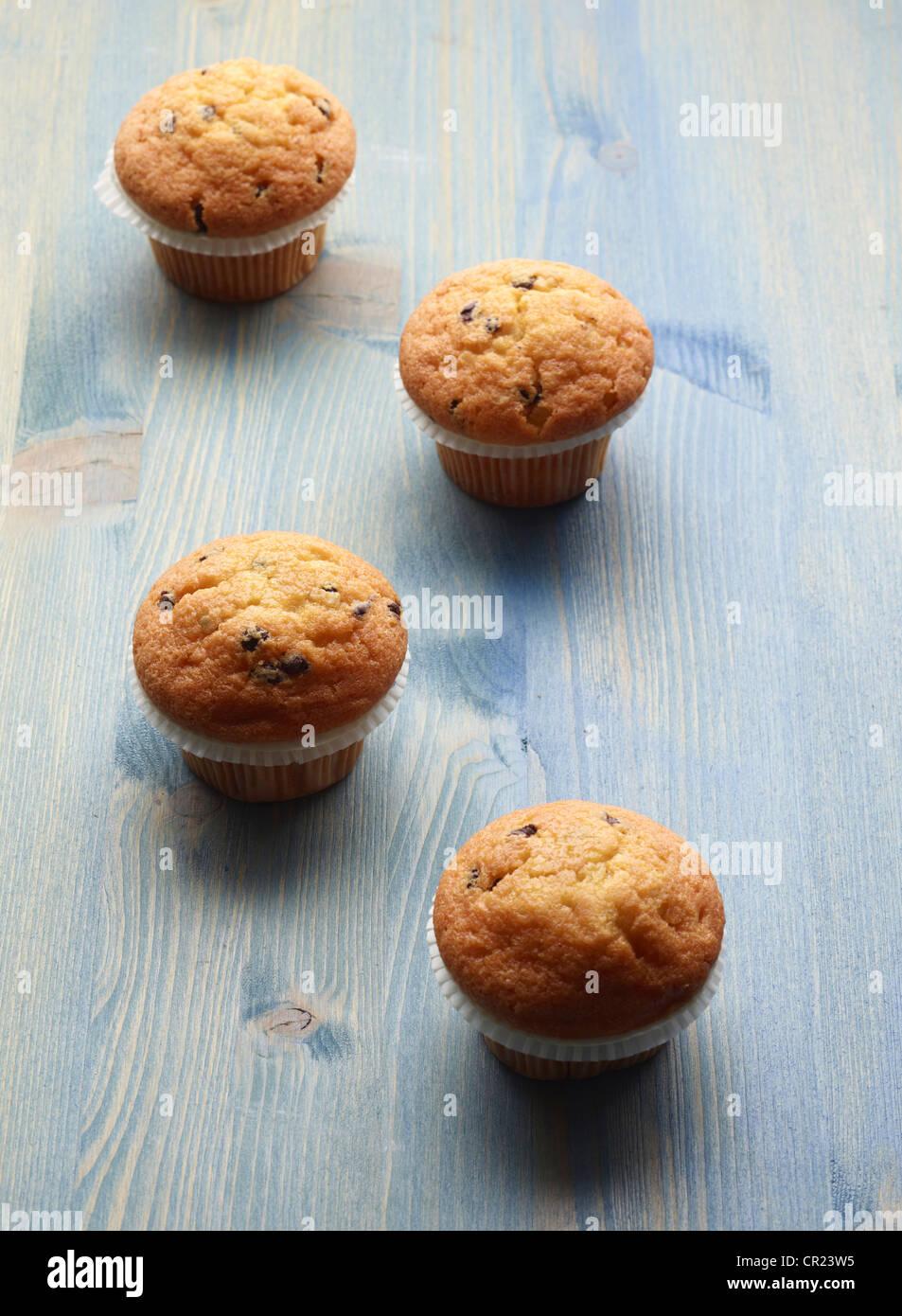 Nahaufnahme von Muffins auf Holztisch Stockbild