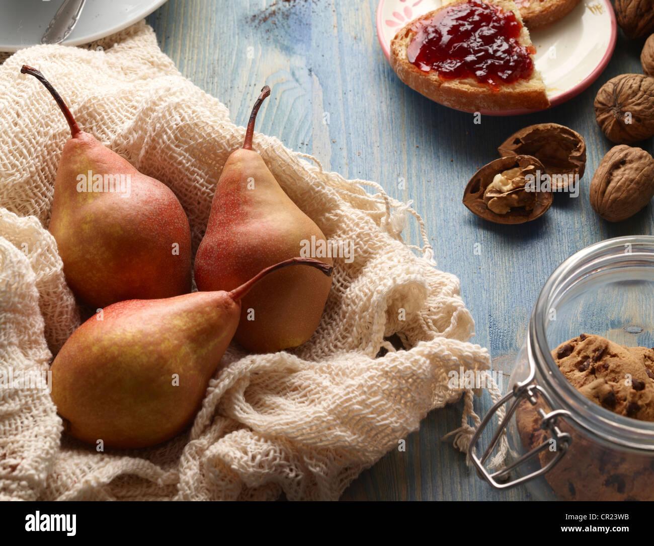 Birnen, Cookies, Nüssen und Brot mit Marmelade Stockfoto