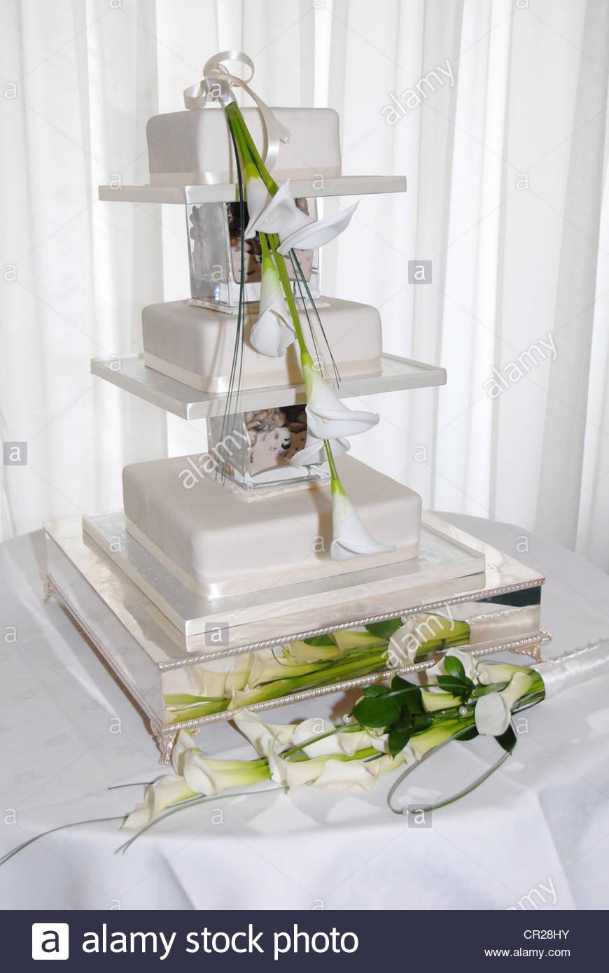 Hochzeitstorte 3 Stufe Mit Calla Lilie Stockfoto Bild 48608503 Alamy