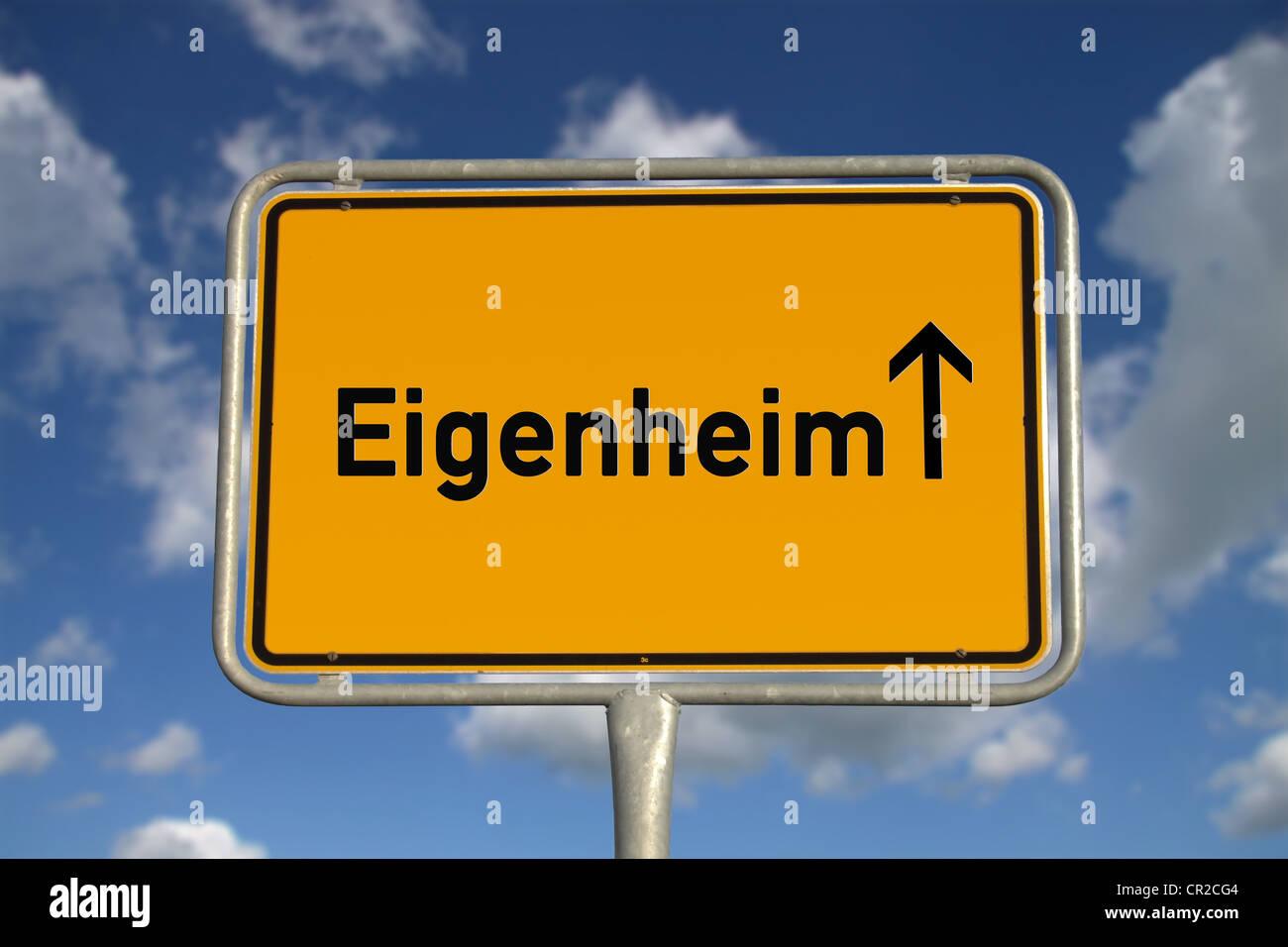 Deutschen Straßenverkehr Zeichen im Besitz nach Hause, mit blauen Himmel und weiße Wolken Stockbild