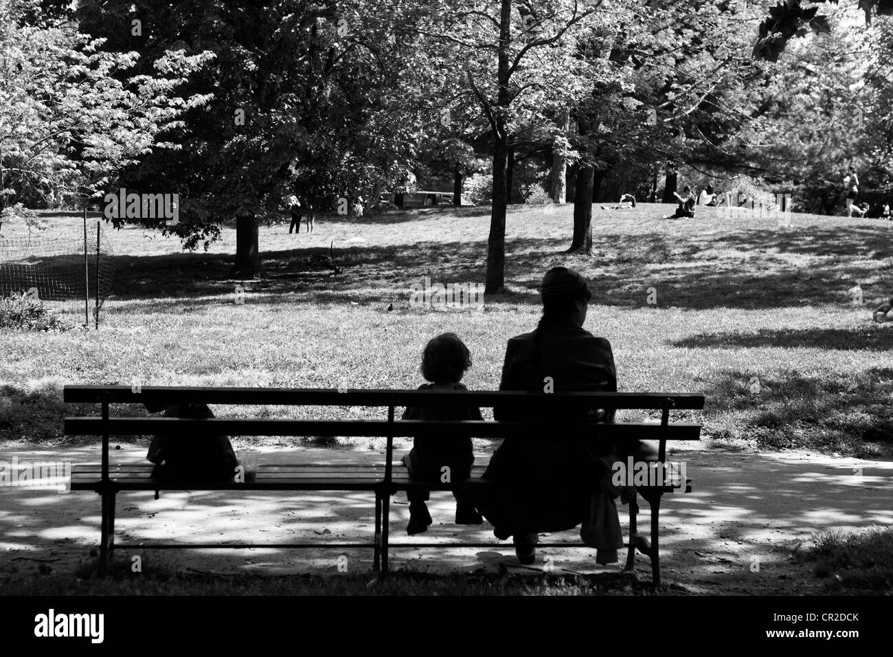 Mutter und Kind sitzen auf einer Bank im Prospect Park in Brooklyn, New York. Stockbild