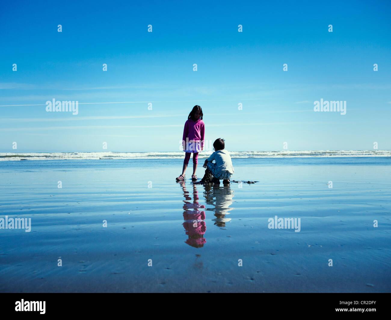 Mädchen Uhren junge Sandburg am Strand bauen Stockbild