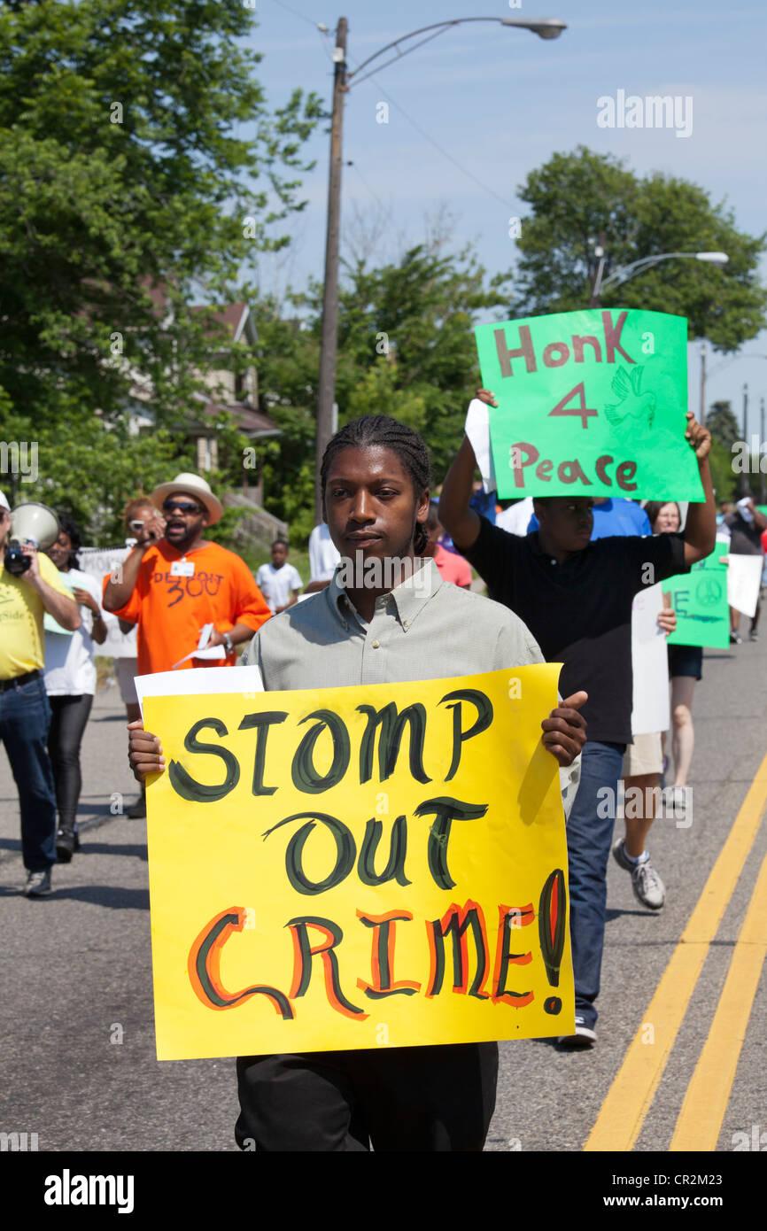 Detroit, Michigan - Bewohner von Detroit Morningside Nachbarschaft März gegen das Verbrechen in ihrer Nachbarschaft. Stockbild