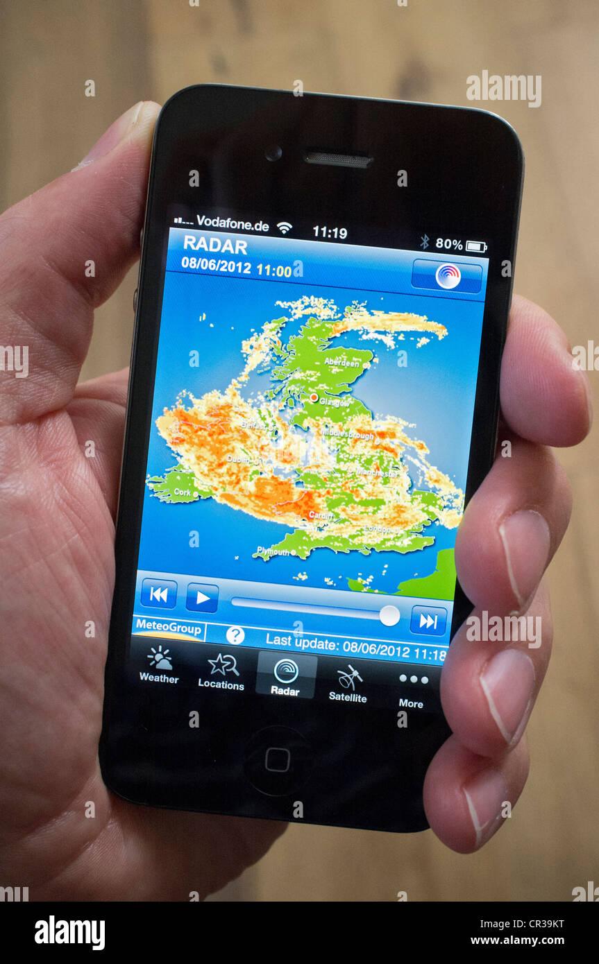 Schwerer Sturm über das Vereinigte Königreich auf Radarbild mit Wettervorhersage App auf iPhone Smartphone Stockbild