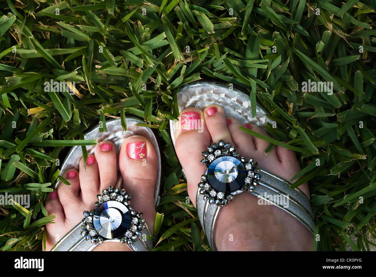 Handbemalte Blumen auf lackierten Zehennägeln und ...