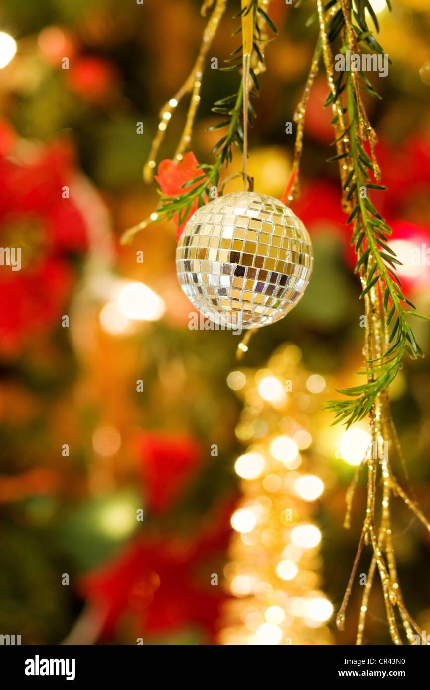 Weihnachtsgrußkarte mit silbernen Christbaumkugel und geschmückten Baum. Stockbild