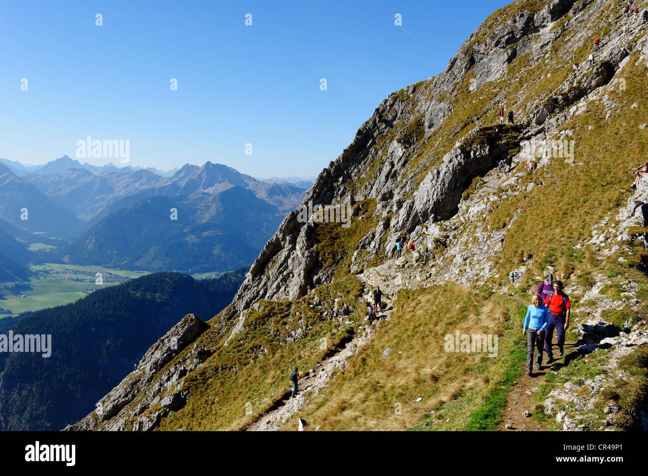 Wanderer auf dem Weg zu den Aggesntein Gipfel vor dem Thannheimer Tal Tal, Bayerisch-Schwaben, Bayern, Deutschland, Stockbild